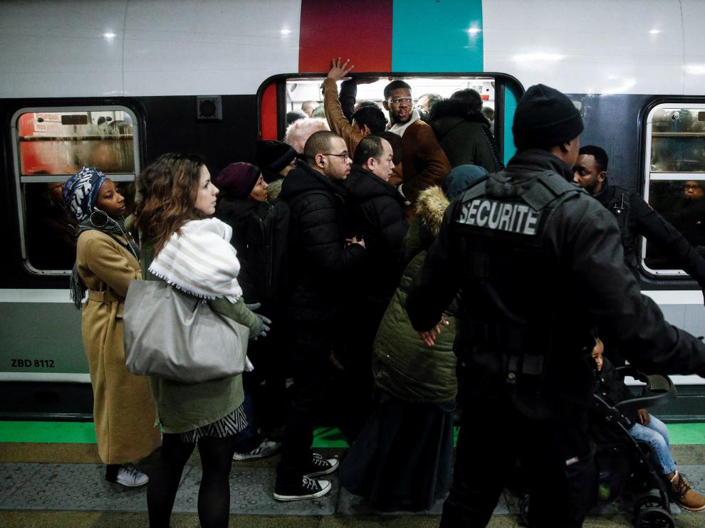 Paris (France), 09/12/2019.- Commuters try to enter a packed train (RER) during a general strike action at Gare Du Nord train station in Paris,, France, 09 December 2019. Unions representing railway and transport workers and many others in the public sector have called for a general strike and demonstration to protest against French government's reform of the pension system. (Protestas, Francia) EFE/EPA/YOAN VALAT General strike in France