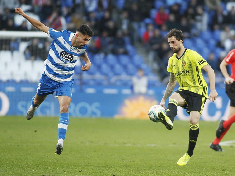 Un momento de partido entre el Real Zaragoza y el Dépor del pasado domingo.