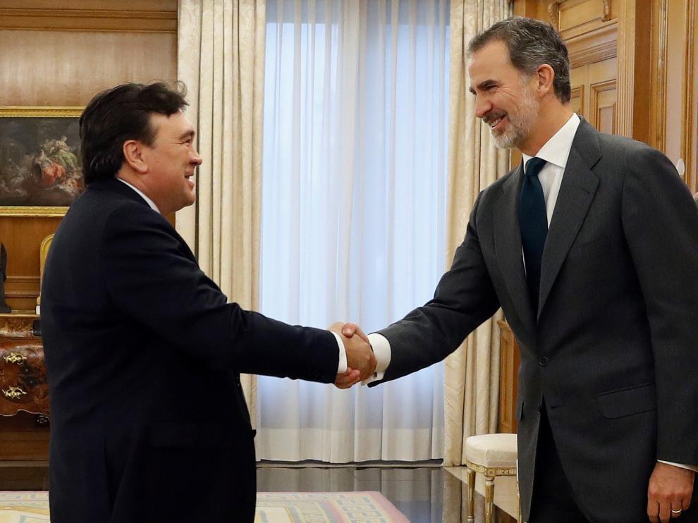 El rey Felipe VI durante la audiencia al diputado de Teruel Existe Tomás Guitarte, este martes, en el Palacio de la Zarzuela.