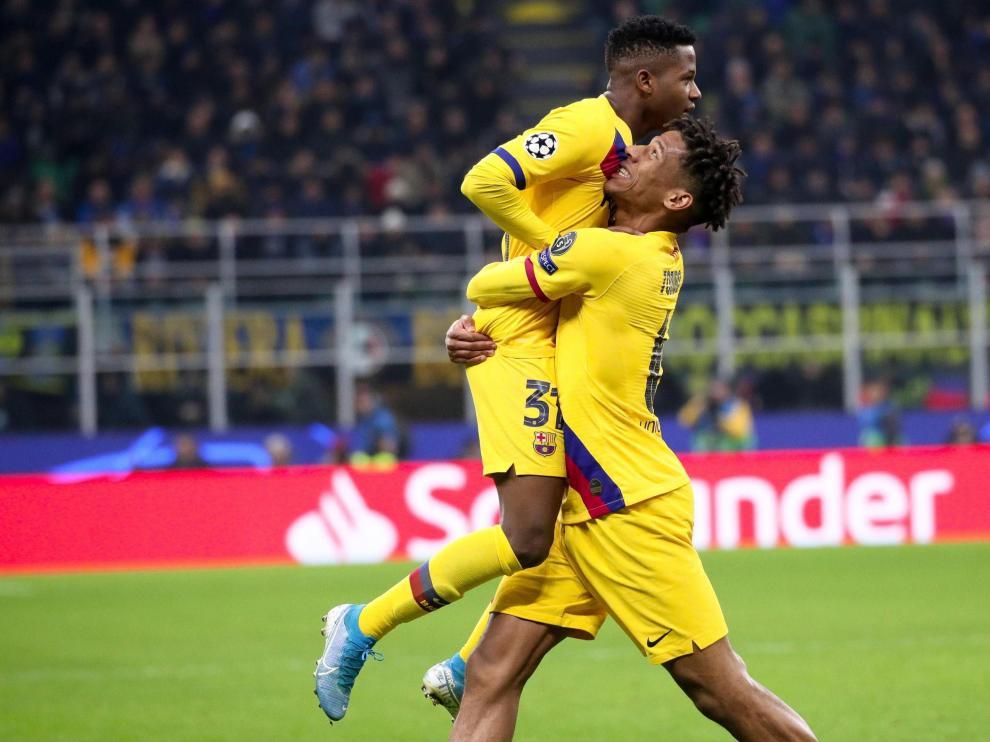 Ansu Fati celebra con Jean-Clair Todibo su histórico gol en la LIga de Campeones