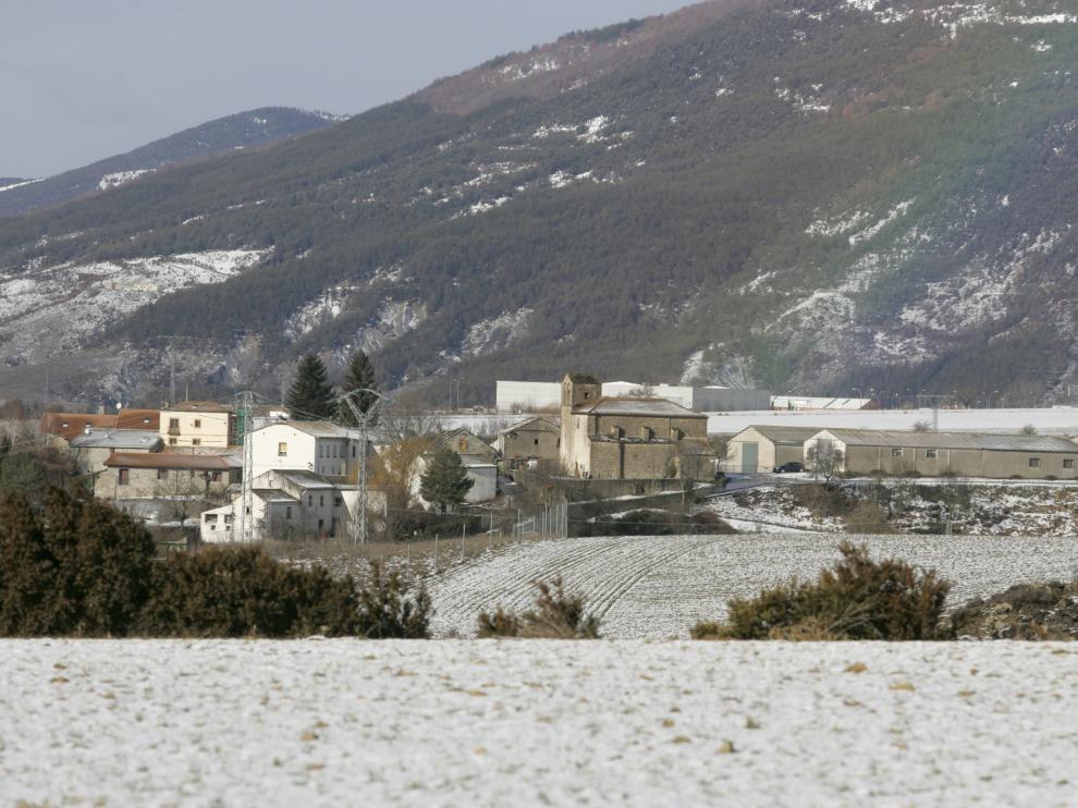 Un arcoiris sobre la ciudad de Jaca, cubierta de nieve.