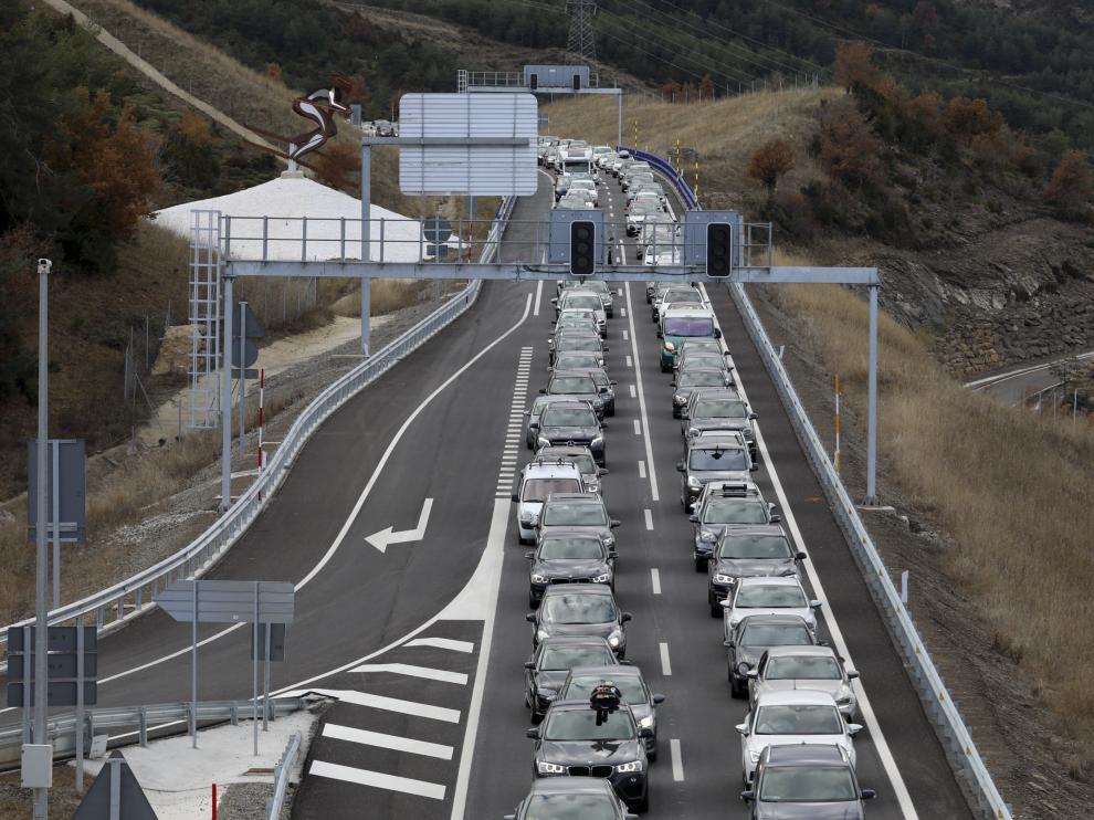 Los atascos han colapsado en este puente los accesos al Pirineo por la A-23 tanto de subida como de bajada.