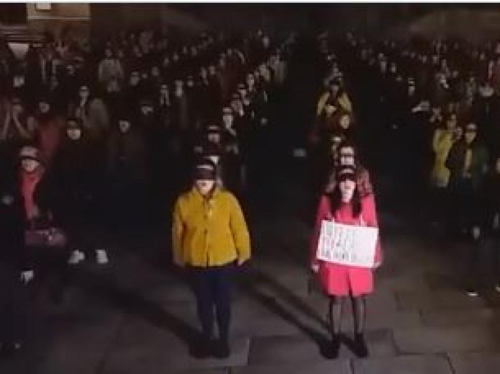 Más de 300 mujeres se dieron cita en la plaza del Obradoiro de Santiago para participar en la coreografía viral contra la violencia machista 'Un violador en tu camino'