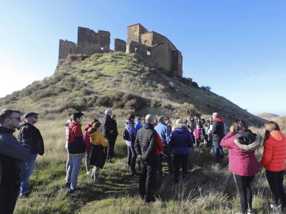 Participantes en una de las visitas guiadas al castillo de Montearagón este puente.