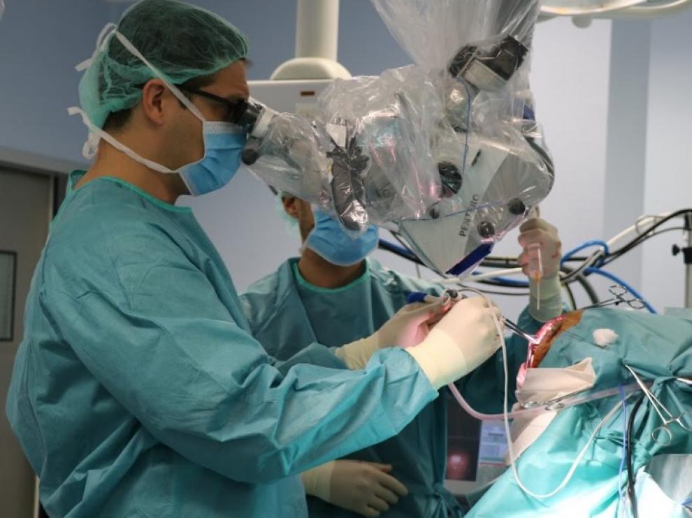 Quirónsalud incorpora el microscopio más avanzado para operar tumores cerebrales y patología de columna