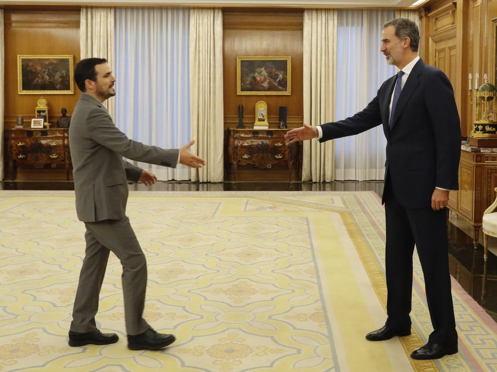 El Rey (derecha) le estrecha la mano a Alberto Garzón este miércoles en el Palacio de la Zarzuela.