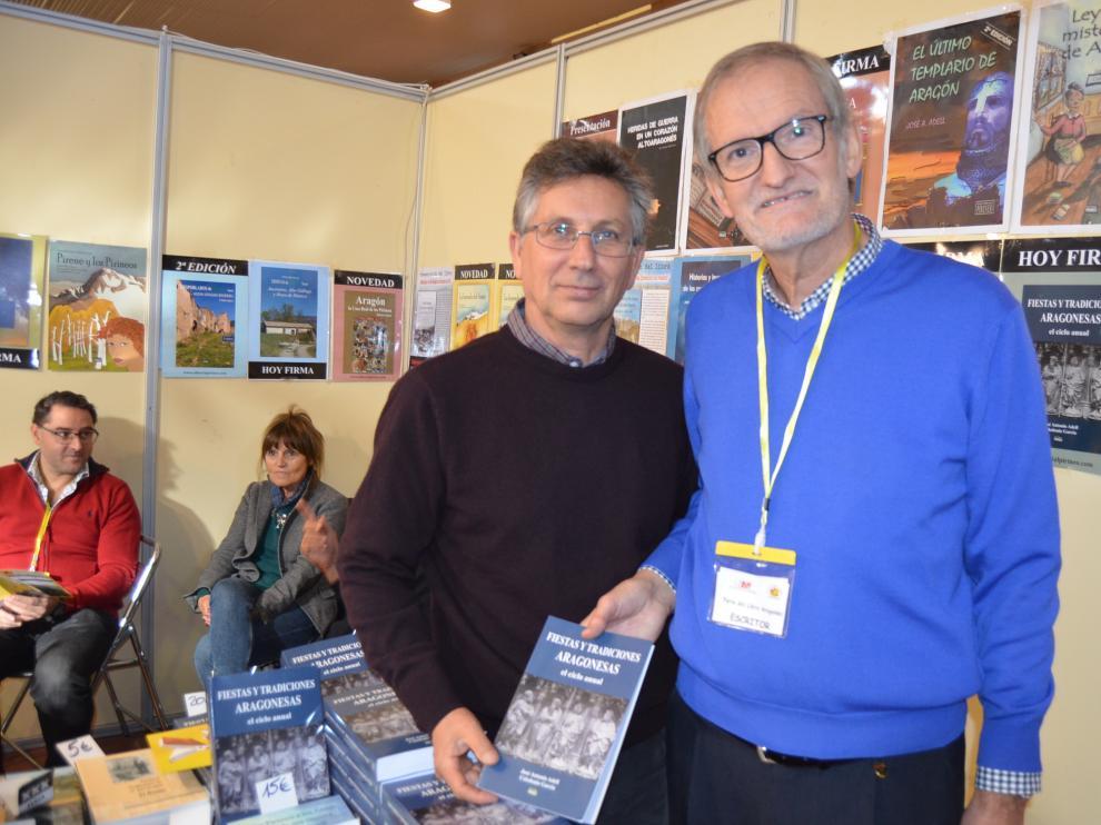 José Antonio Adell presenta en Fonz su último libro sobre las fiestas aragonesas.