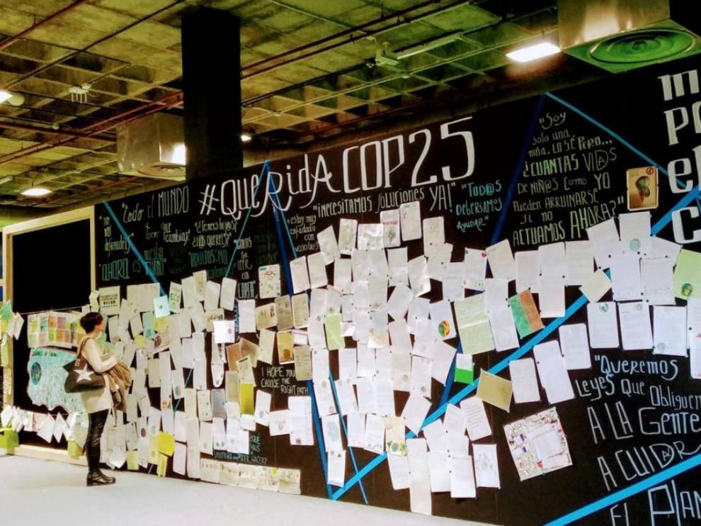 Mural con las cartas enviadas por los niños a los políticos con motivo de la Cumbre del Clima.