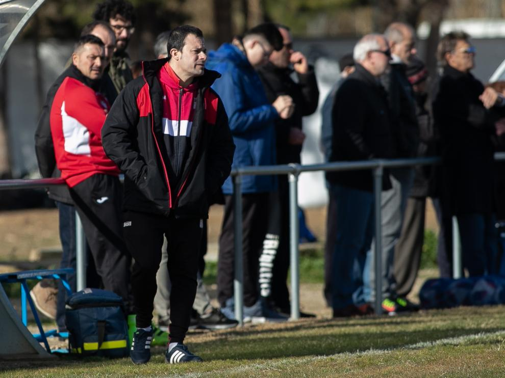 Javier Romero, técnico del Illueca, durante un encuentro con su equipo.
