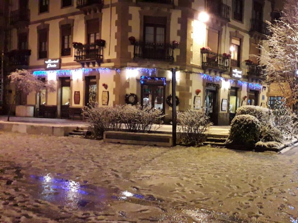 El manto blanco que dejó la nieve en las calles de Jaca la noche de este jueves ha dejado paso a la lluvia.
