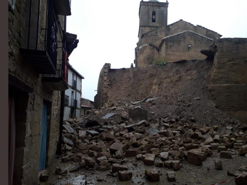 Estado en que quedó el muro derrumbado.