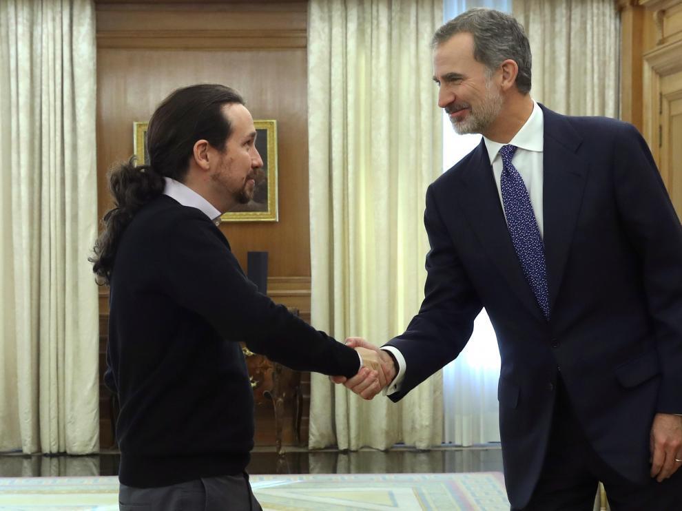 Felipe VI y Pablo Iglesias en la ronda final de consultas.
