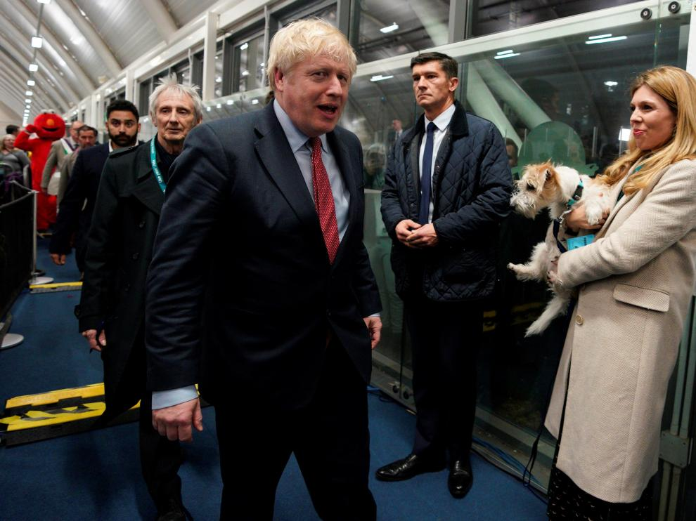 London (United Kingdom), 13/12/2019.- British Prime Minister Boris Johnson (C) arrives to view the vote count results for Uxbridge and South Ruislip constituency at Brunel University during the general elections in London, Britain, 13 December 2019. Britons went to the polls on 12 December 2019 in a general election to vote for a new parliament. According to exit polls, the Conservative party won the elections with 368 seats ahead of Labour party with 191 seats in the House of Commons. The result gives the Conservative party an 86 seat majority. (Elecciones, Reino Unido, Londres) EFE/EPA/WILL OLIVER General elections in the UK