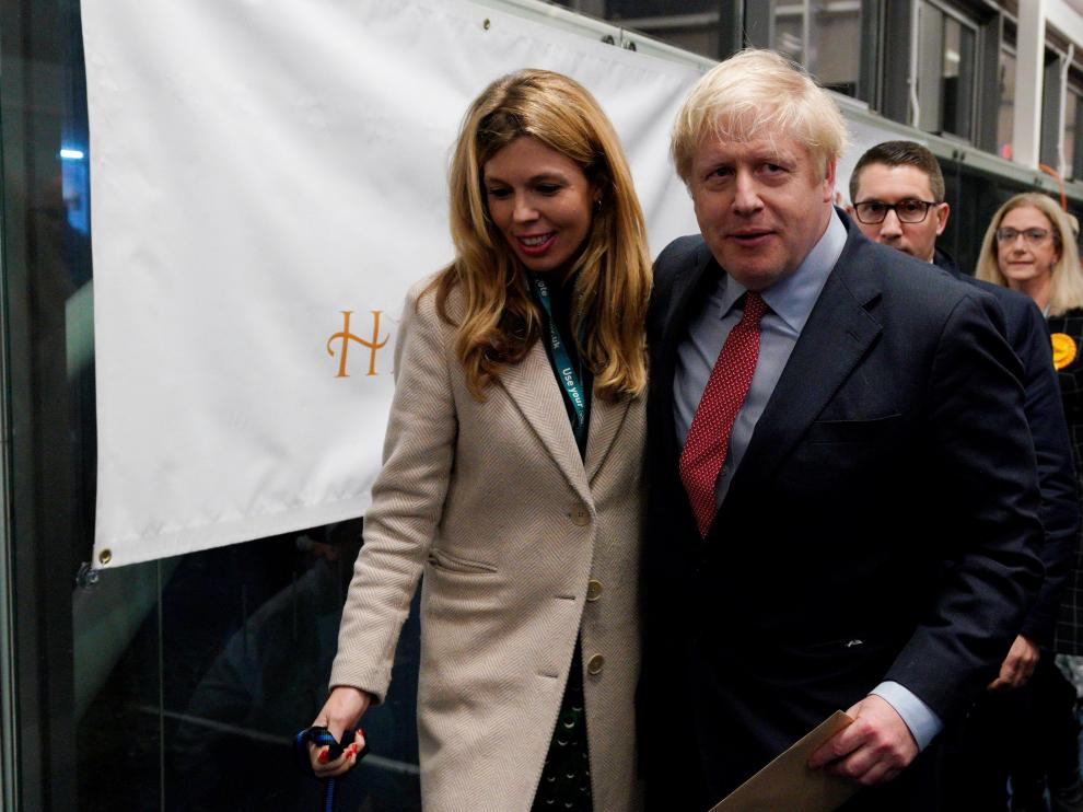 London (United Kingdom), 13/12/2019.- British Prime Minister Boris Johnson (L) and Carrie Symonds (R) arrive to view the vote count results for Uxbridge and South Ruislip constituency at Brunel University during the general elections in London, Britain, 13 December 2019. Britons went to the polls on 12 December 2019 in a general election to vote for a new parliament. According to exit polls, the Conservative party won the elections with 368 seats ahead of Labour party with 191 seats in the House of Commons. The result gives the Conservative party an 86 seat majority. (Elecciones, Reino Unido, Londres) EFE/EPA/WILL OLIVER General elections in the UK