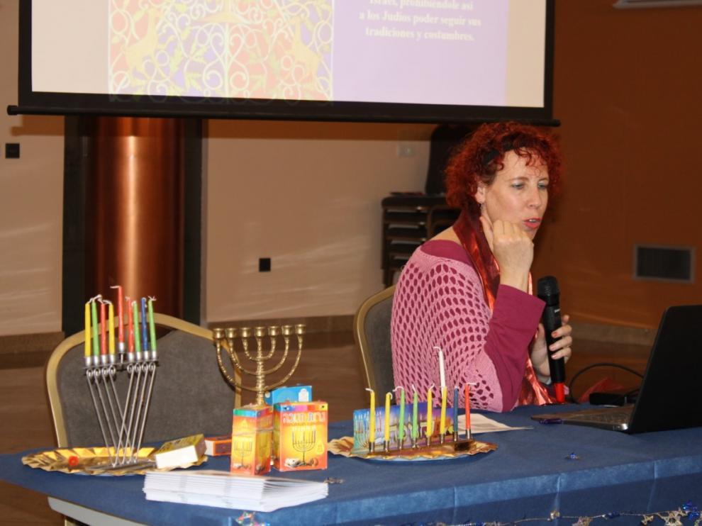 La ponente Tina Segal durante la charla sobre esta tradición judía