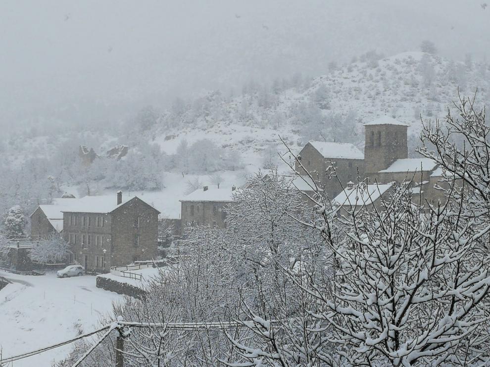 Laguarta, en La Guarguera, ha amanecido cubierta por un manto blanco de nieve.