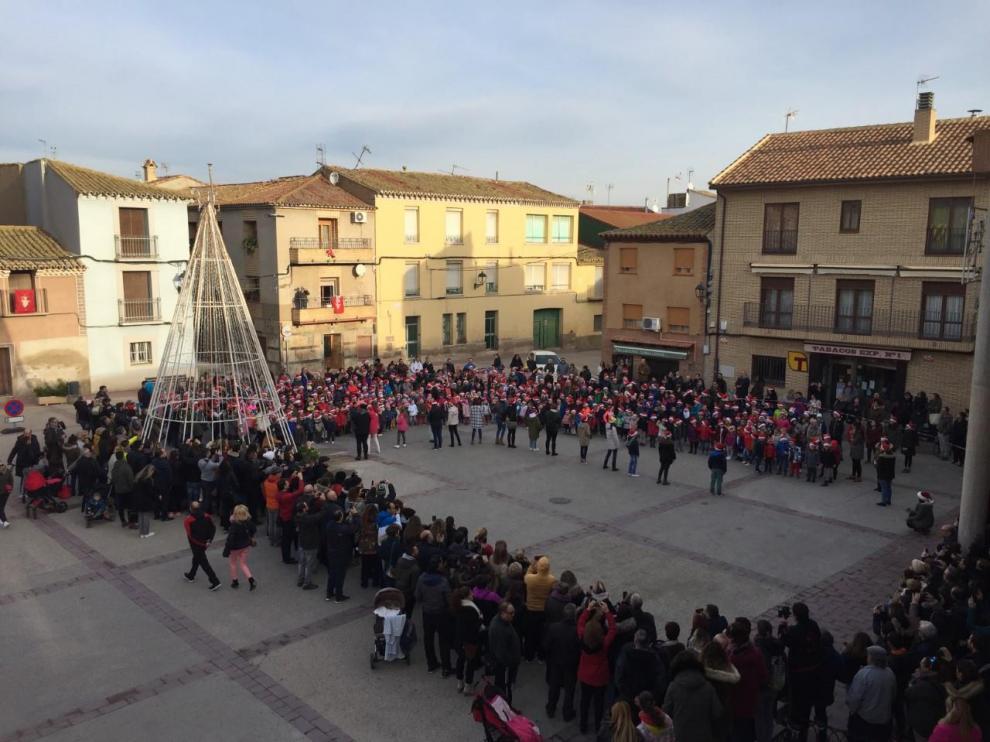 Tradicional villancico cantado por los niños y niñas del Colegio Público Miguel Artigas, en la plaza de España de Pinseque