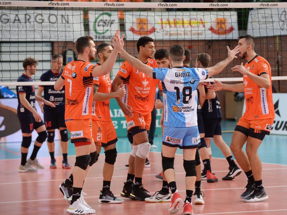 Los jugadores del CV Teruel celebran un punto.