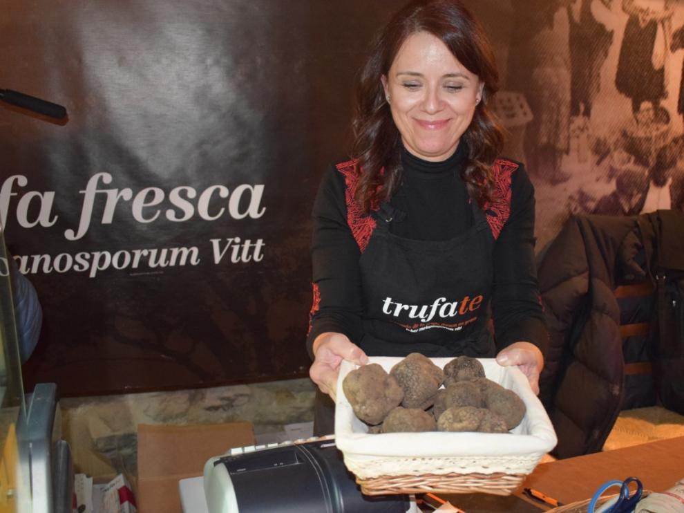 Uno de los productores presentes en Graus muestra algunos de los ejemplares de trufa que están a la venta.