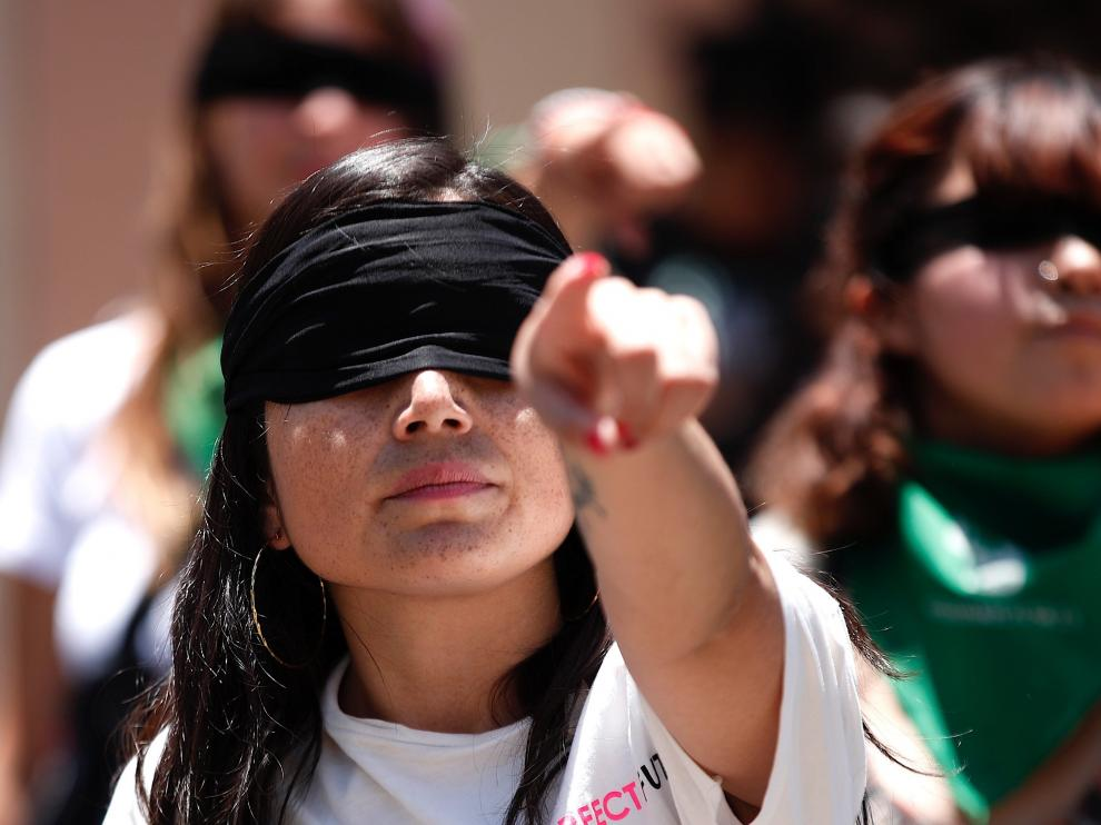 Una mujer protesta contra la violencia machista.