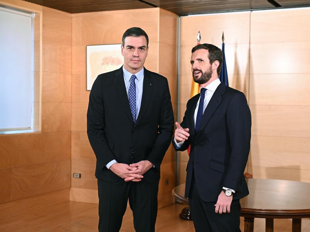 El presidente del Gobierno en funciones, Pedro Sánchez (i), y el líder del PP, Pablo Casado (d)