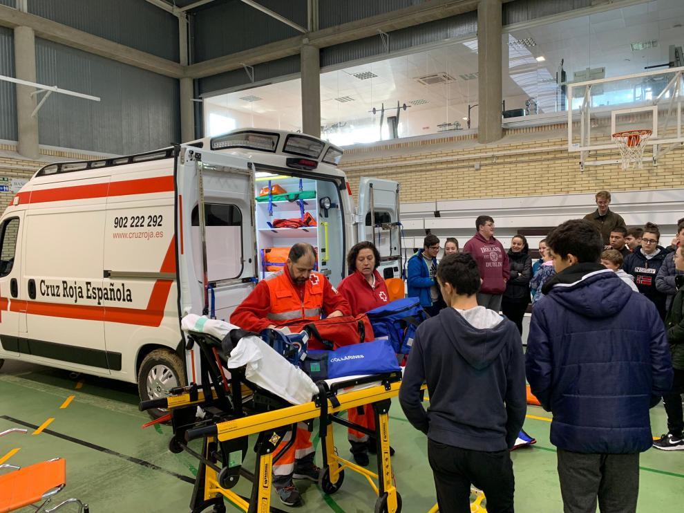 Alumnos del instituto de Sábada han conocido una ambulancia por dentro.