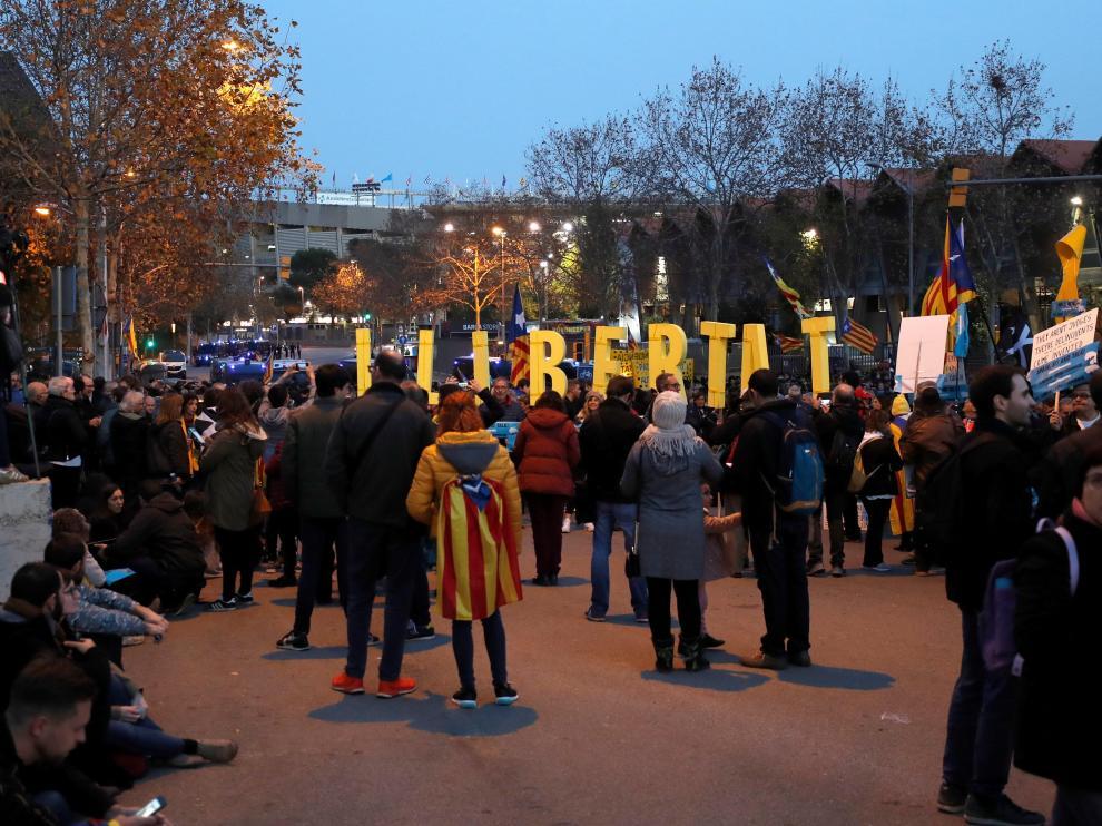 Miles de personas convocadas por Tsunami protestan ante el Camp Nou
