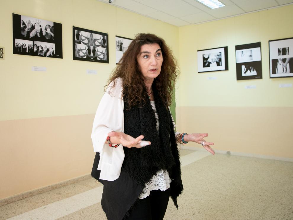 Beatriz Benabarre, responsable del programa, ayer en la inauguración de la exposición en el centro sociocultural de la prisión de Zuera.
