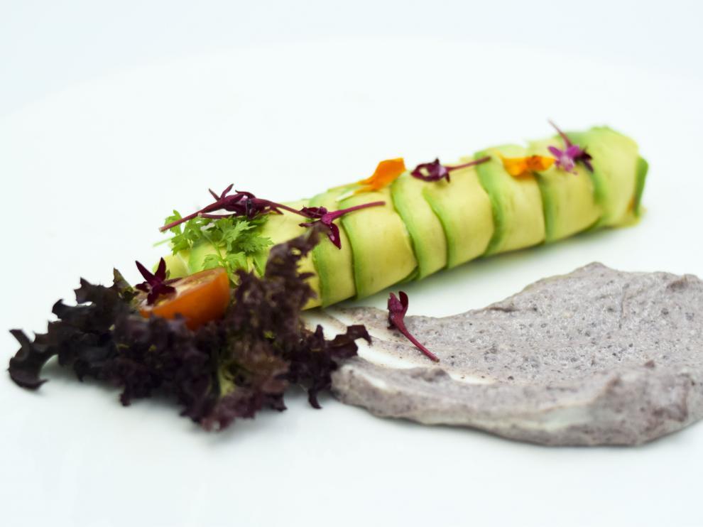 Canelón de aguacate, tartar de trucha asalmonada, gambas y mahonesa de olivas.