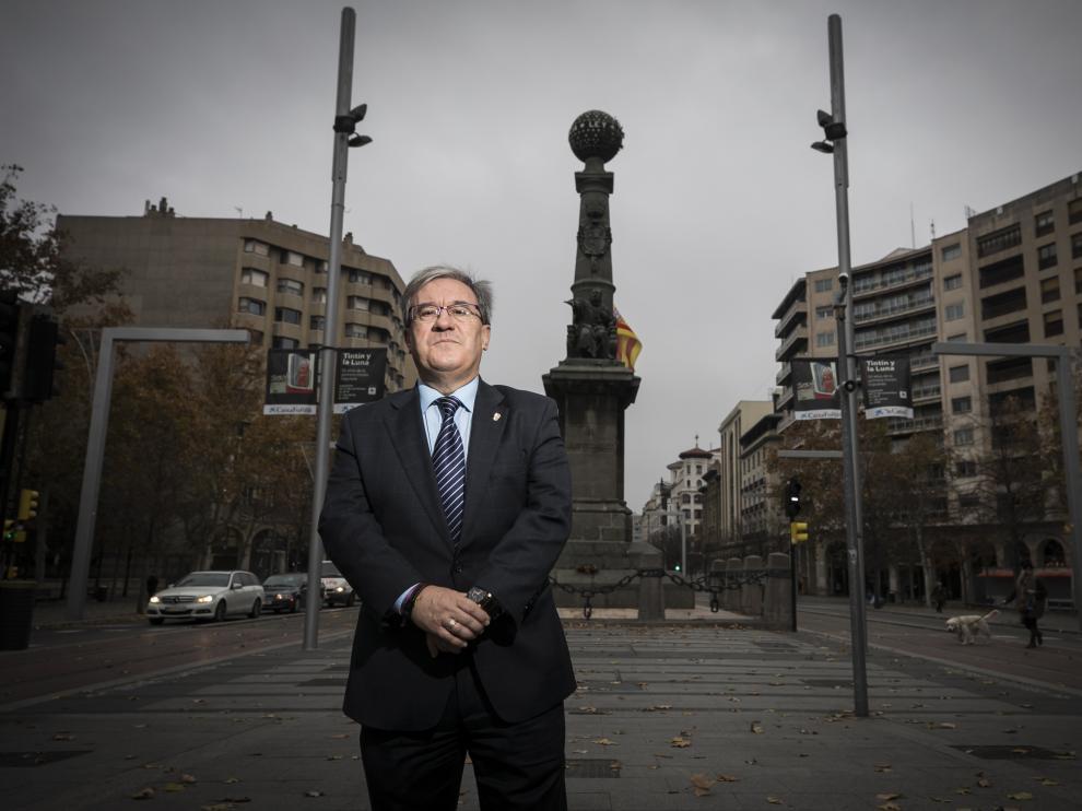 Ángel Dolado, Justicia de Araón, ante el monumento de Juan de Lanuza, en la plaza de Aragón, donde se celebra hoy a las 17.30 el acto institucional.