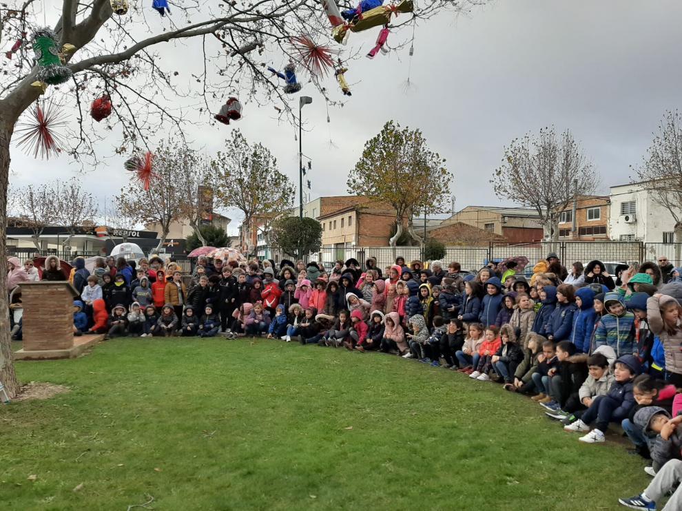 Los alumnos, en el tradicional encendido del árbol
