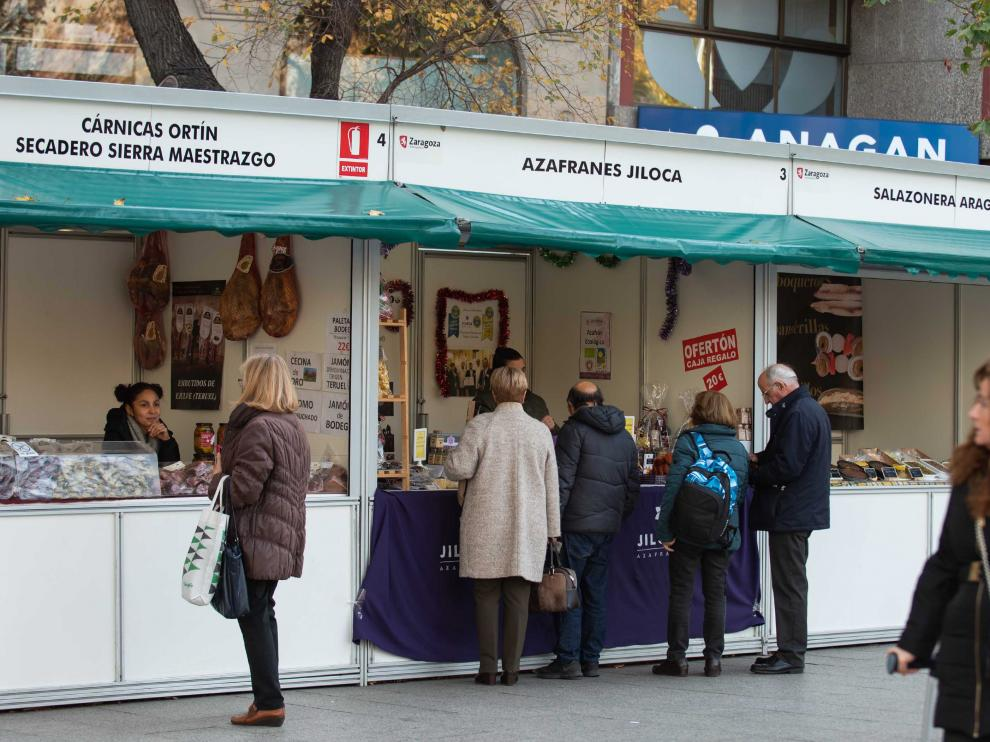 Los puestos del mercadillo del paseo de la Independencia abren sus puertas en horario de mañana y tarde.