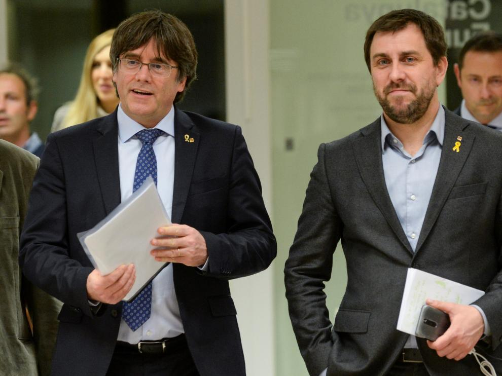 Former Catalan leader Carles Puigdemont and regional minister Antoni Comin arrive for a news conference in Brussels, Belgium December 19, 2019. REUTERS/Johanna Geron [[[REUTERS VOCENTO]]] SPAIN-POLITICS/CATALONIA-PUIGDEMONT
