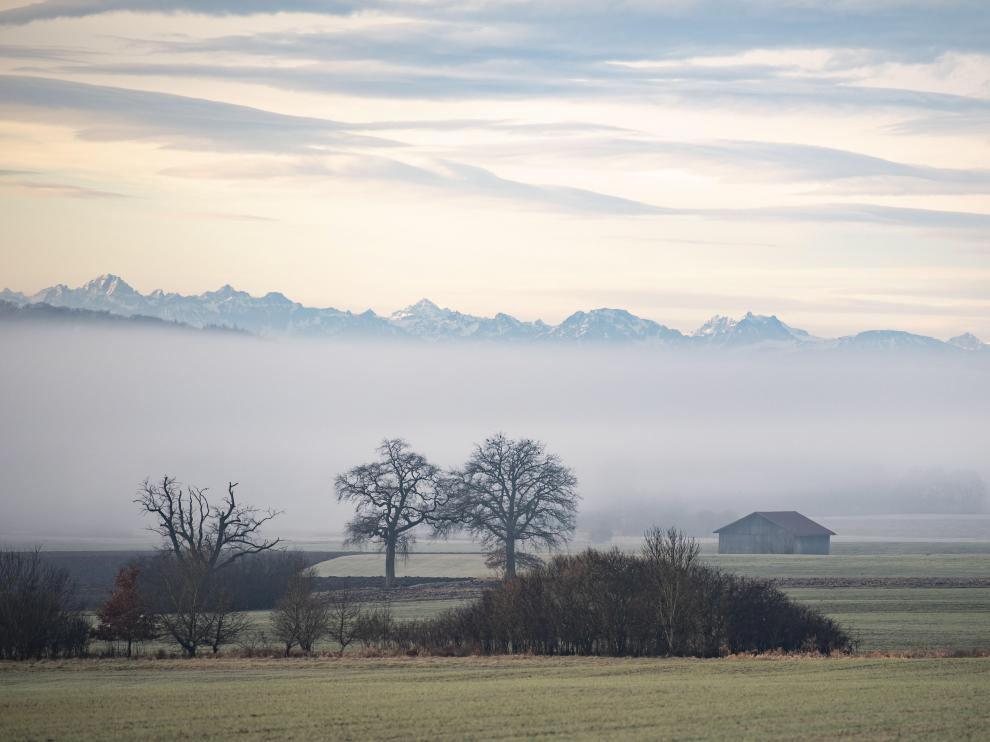 Raisting (Germany), 19/12/2019.- Fog rises in front of the Alps near Seefeld, Bavaria, Germany, 19 December 2019. The higher altitudes of the Bavarian Alps are expected to recieve fresh snow as authroties pridict preciptation and tempritures to stay under zero degreese Celsius. (Alemania) EFE/EPA/LUKAS BARTH-TUTTAS Snow and cold weather predicted of Bavarian Alps