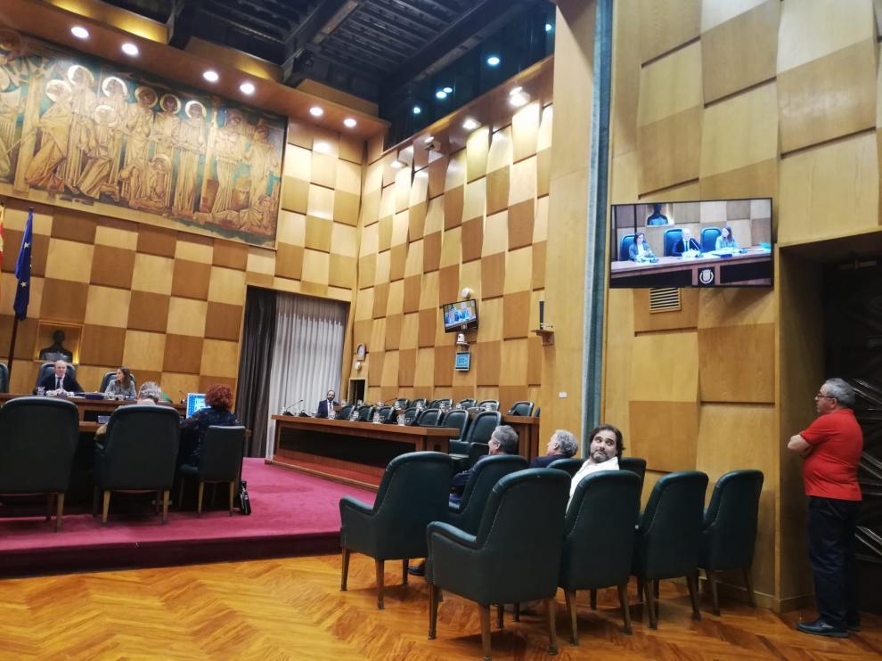 La bancada de la oposición del Ayuntamiento de Zaragoza, vacía.