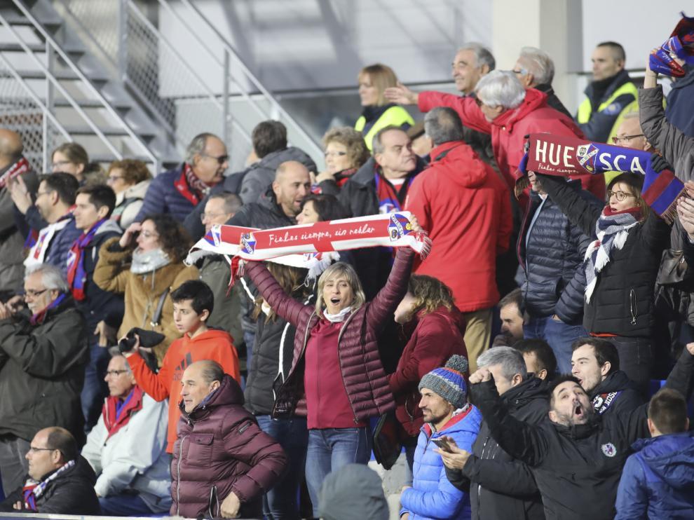 Aficionados de la SD Huesca, en El Alcoraz.