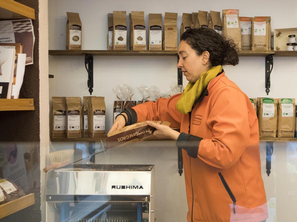 Laura Marcén, de Ecomonegros, en una de las dos panaderías de Zaragoza en las que se busca una salida a los excedentes vendiéndolos por internet.