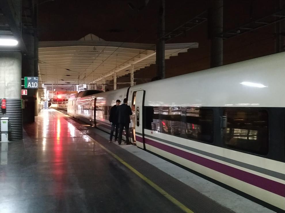 El AVE con destino Huesca parado en la Estación de Atocha, en Madrid.
