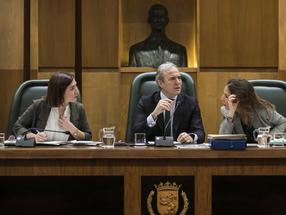 Jorge Azcón, mirando a la bancada de la izquierda durante el pleno de este viernes.