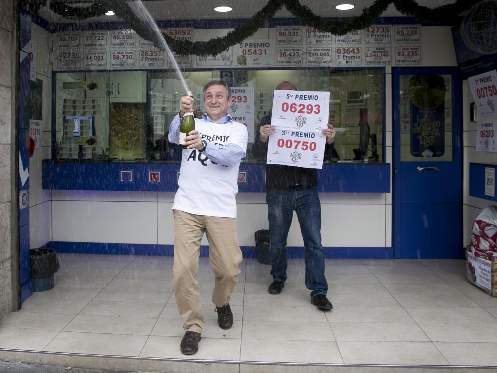 Alejandro Aznar, de lotería del Rosario, celebra el tercer premio que ha repartido hoy.