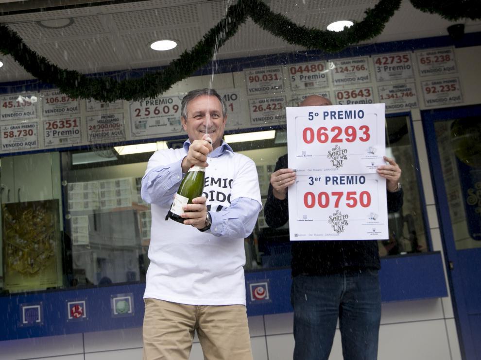 Celebración en las administraciones zaragozanas por los premios de la Lotería.