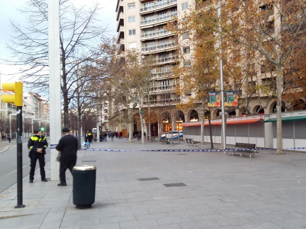 La Policía Local de Zaragoza ha acordonado la plaza de Aragón por el fuerte viento.