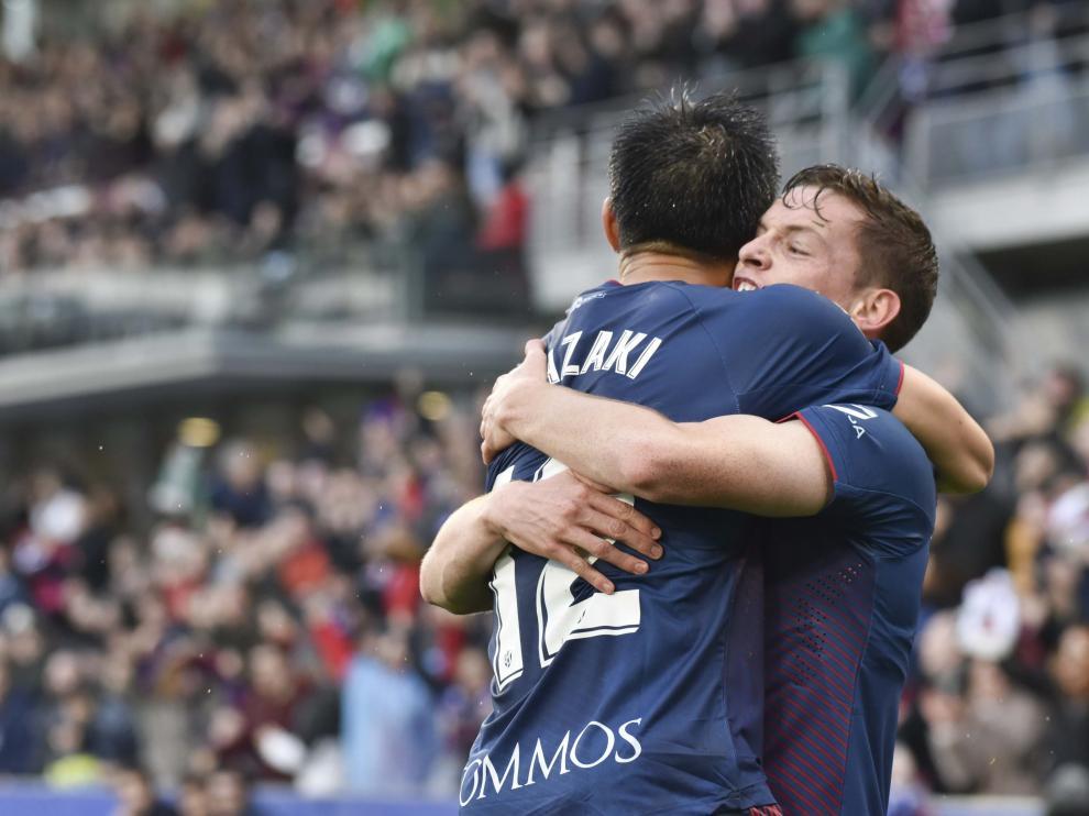 Okazaki y Sergio Gómez se abrazan tras el gol del japonés.