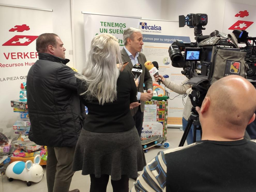 El alcalde de Zaragoza ha participado este lunes en la iniciativa solidaria de las empresas Verker, Afiris y Tecalsa de recogida de juguetes para la Asociación de Padres y Madres de Sordociegos de Aragón.