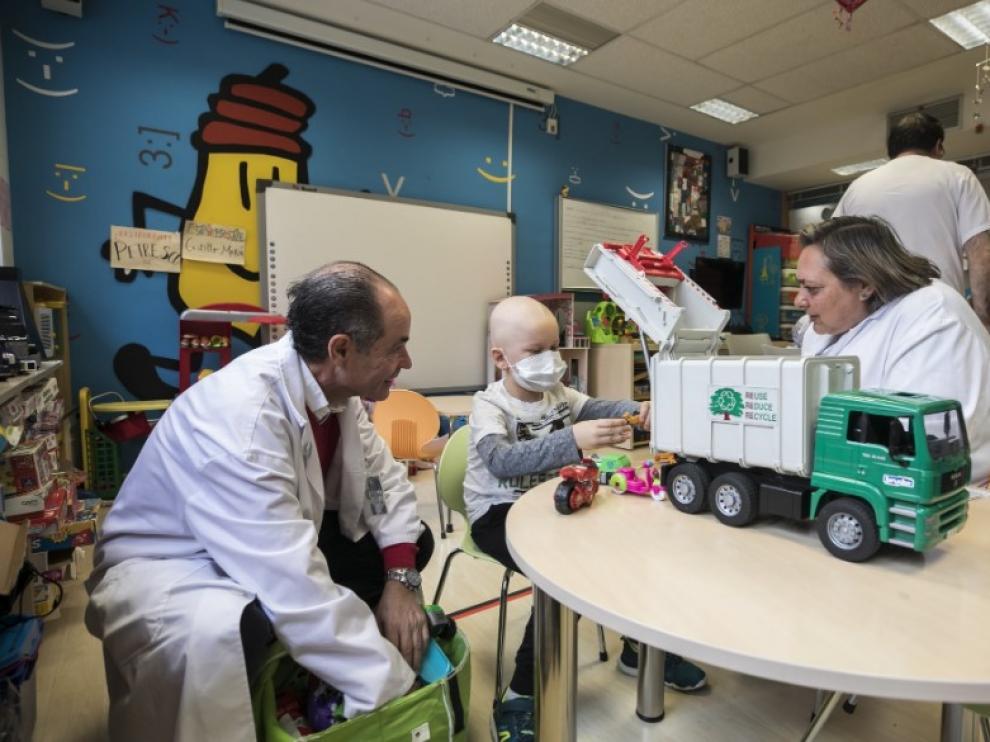 Un niño abre sus regalos en una de las aulas hospitalarias del Miguel Servet.