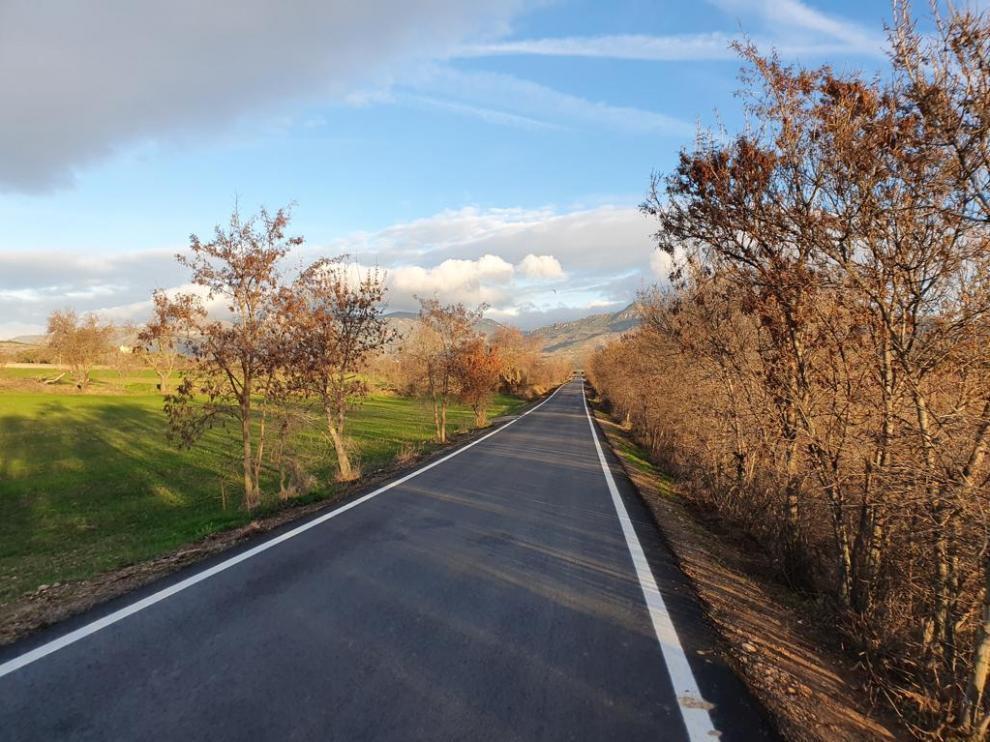 La mejora del firme de la carretera Huesca-Apiés ha sido una de las actuaciones principales.