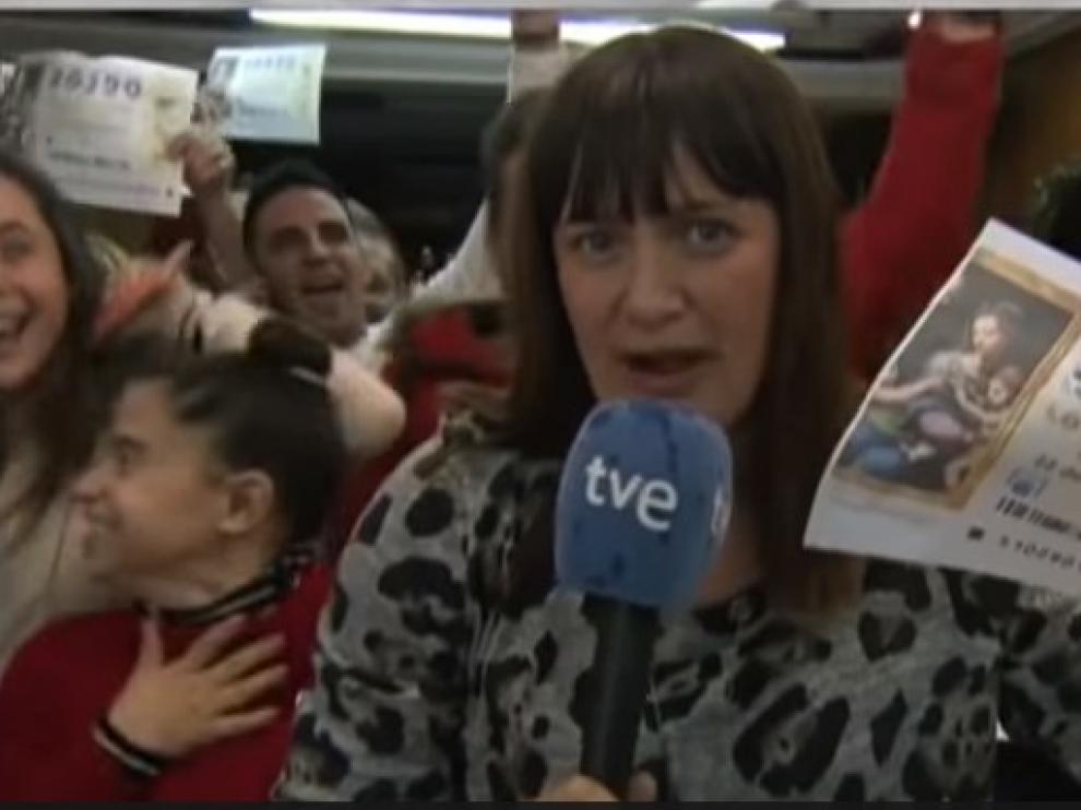 La reportera Natalia Escudero durante la conexión desde San Vicente del Raspeig celebrando el Gordo.