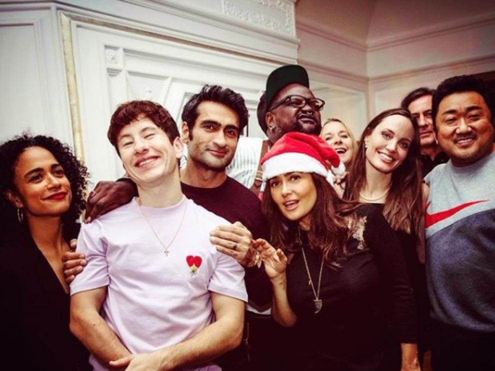 La Salma Hayek actriz con un gorro de San Nicolás acompañada de Angelina Jolie, Barry Keoghan, Kumail Nanjiani, Lauren Ridloff, Brian Tyree Henry y Don Lee, miembros del elenco.