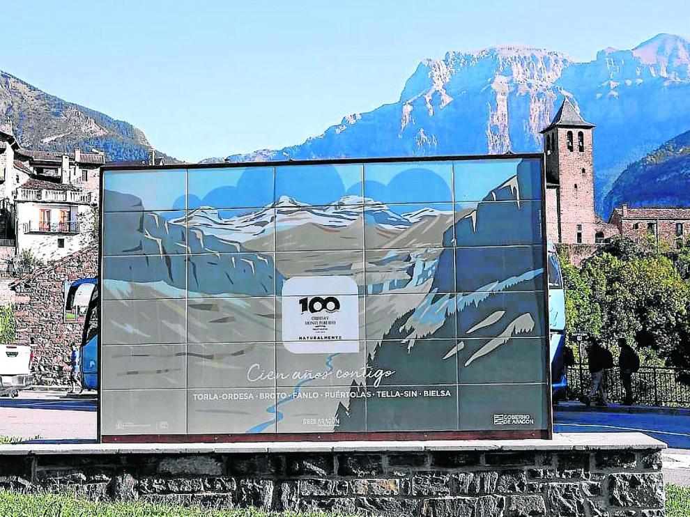 Uno de los murales colocados en las entradas al Parque de Ordesa con motivo de su centenario.