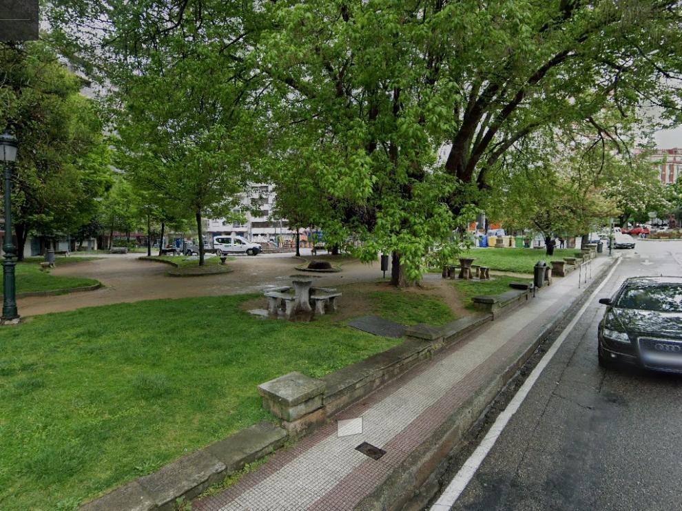 Plaza de Eugenio Fadrique, donde los jóvenes hallaron las drogas tiradas junto a un contenedor.